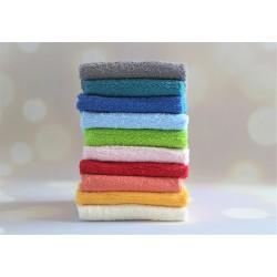 Czerwony ręcznik z haftem